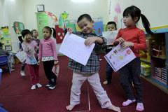 Đi học sớm: Cha mẹ tước quyền được chơi của con?
