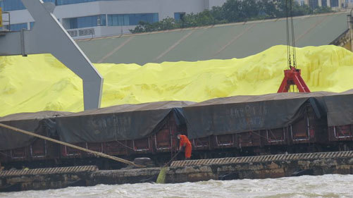 Đổ lưu huỳnh ra sông - Hải Phòng