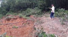 Hòa Bình: Núi nứt dài cả kilômét, dân chạy tán loạn