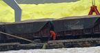 Công nhân cảng Hải Phòng hất thẳng lưu huỳnh xuống sông