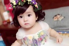Bé gái Bắc Ninh xinh như thiên thần trong váy áo mẹ tự tay may