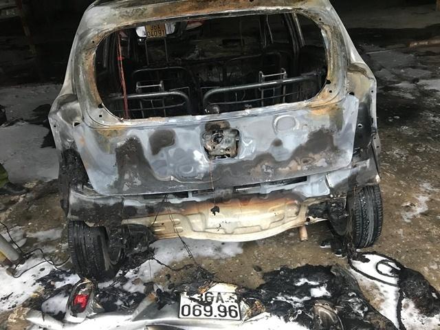 Thanh Hóa: Ô tô cháy rụi trong bãi đỗ xe