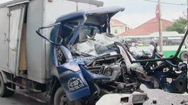 Xe tải đâm nhau, tài xế tử vong trong cabin bẹp dúm