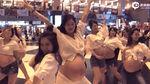 Hàng chục phụ nữ nhún nhảy, khoe bụng bầu giữa nhà ga
