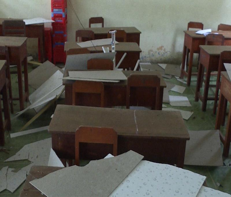 Đang trong lớp, trần nhà rơi trúng đầu khiến 9 học sinh nhập viện