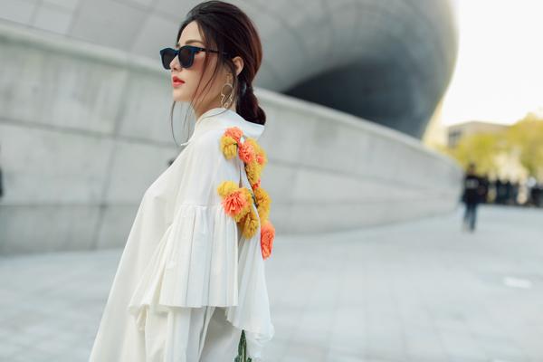 Diễm My 9X sáng bừng tại Seoul với 'Em hoa'