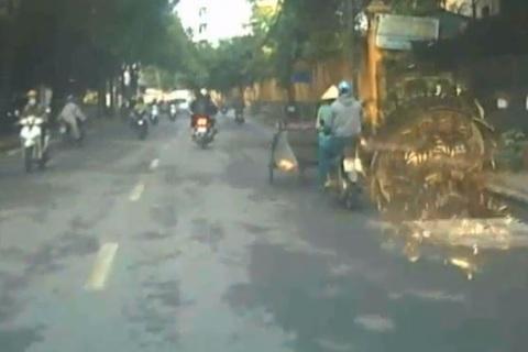 Mải nhìn điện thoại, thanh niên đi xe máy đâm gục nữ lao công