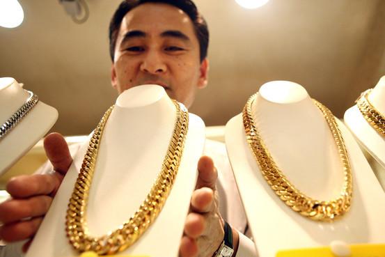 Người Nhật rồng rắn đi bán vàng