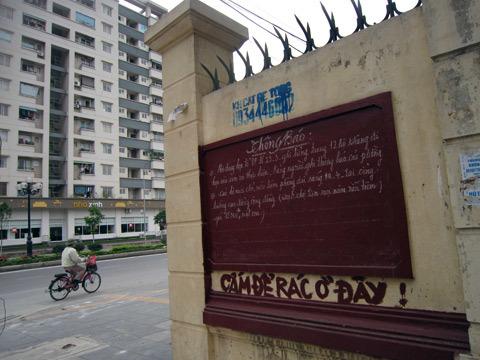 Những bảng tin 'khó tin' giữa Thủ đô