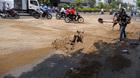 Hàng chục xe ngã nhào vì vết dầu trên đường