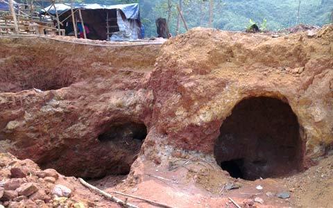 Cận cảnh vàng tặc rầm rập đào hầm khoét núi
