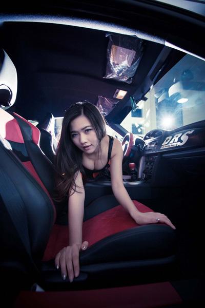 Cô thợ máy, siêu gợi cảm, bên xe