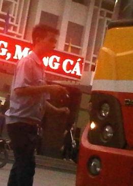 Lái xe buýt ngang nhiên hút thuốc tại các bến