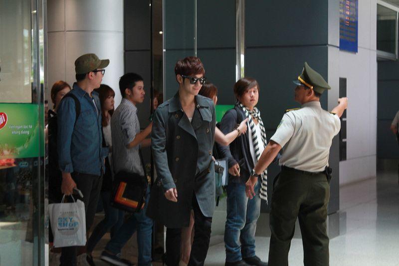 Sao 'Vườn Sao Băng' bị fan Việt bủa vây tại sân bay