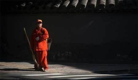 Quan chức Bắc Kinh ra đường quét rác