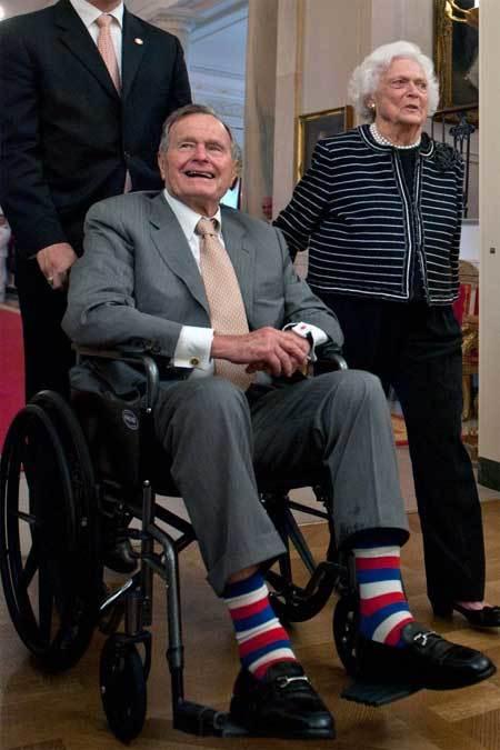 Những đôi tất 'nhức mắt' của Bush 'cha'
