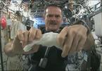 Xem phi hành gia khổ sở vắt khăn ướt ngoài vũ trụ