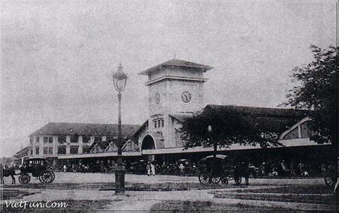 Chợ Bến Thành có từ trước khi người Pháp xâm chiếm Gia Định. Ban đầu, vị trí chợ nằm bên bờ sông Bến Nghé. Bến này dùng cho khách vãng lai và quân nhân vào thành vì vậy có tên gọi là Bến Thành.