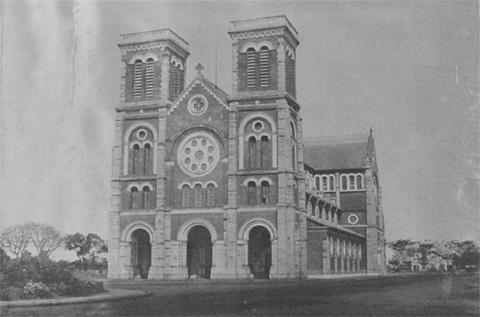 Nhà thờ Ðức Bà còn gọi là nhà thờ Chánh tòa Sài gòn, một công trình kiến trúc lớn ở quảng trường công xã Pari, trung tâm thành phố được xây dựng 1863 - 1865. Sau đó người ta xây thêm hai chóp nhọn như hiện nay.