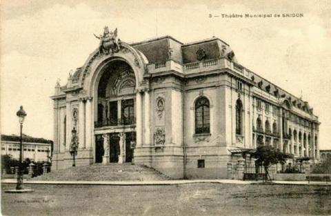Nhà hát thành phố được xây dựng từ năm 1898 đến 1900, kiến trúc theo phong cách Pháp.
