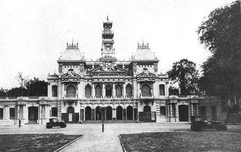 Dinh Xã Tây được xây dựng 1898 - 1909. Sau đó đổi thành Tòa Đô Chánh.