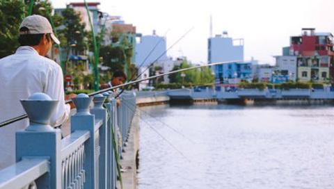 Ngày nay, con kênh này trong xanh, sạch đẹp. Người dân có thể tới đây câu cá.
