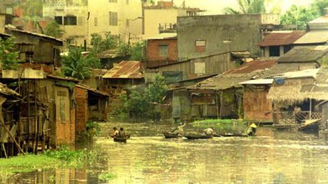 Kênh Nhiêu Lộc – Thị Nghè sau năm 1975 với những căn nhà lụp xụp, rác thải tràn làn ( Ảnh: internet)