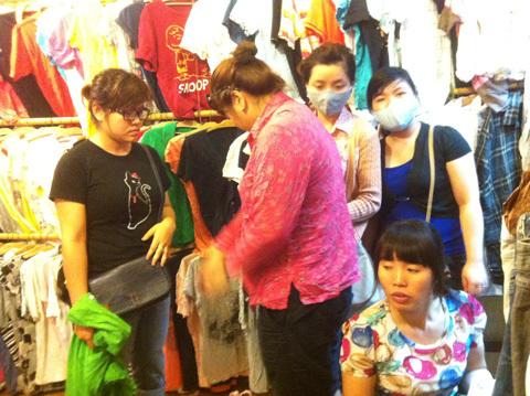 Chiêu 'săn' hàng hiệu... giá bèo ở Hà Nội