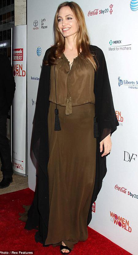 Angelina Jolie quyết định cắt bầu ngực vì sợ ung thư