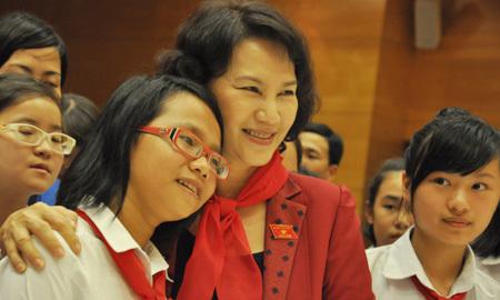 Bà Kim Ngân xúc động trước các 'dũng sĩ nhí'
