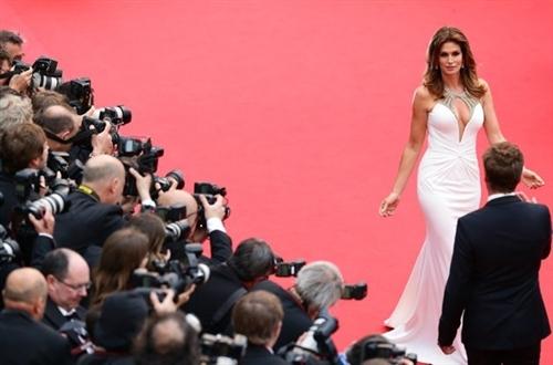 Quá sexy, Cindy Crawford 'gây bão' ở Cannes