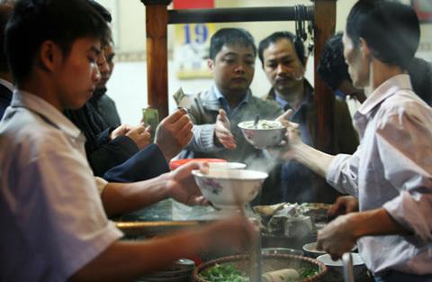 Thịt ôi thiu làm nước, người Hà Nội ăn phở bẩn