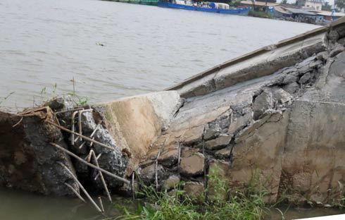 Một đoạn bờ kè 700 tỷ đổ ụp xuống sông