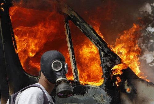 20130606113455 unrest2 Than Hoạt Tính Vì sao mặt nạ phòng độc lại có thể phòng độc?