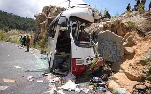 Xe đoàn giáo viên đâm vách núi, 7 người chết
