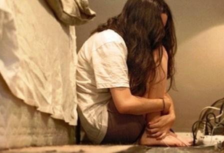 Thiếu nữ bị thầy giáo dạy mẫu cưỡng hiếp