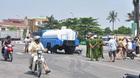 Xe bồn cảnh sát PCCC cuốn 2 phụ nữ vào gầm