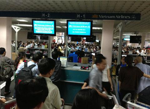 Gặp sự cố, khách hàng Vietnam Airlines làm thủ tục bằng tay