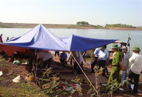 Bắc Giang: Lật thuyền chở vải thiều, ba người chết