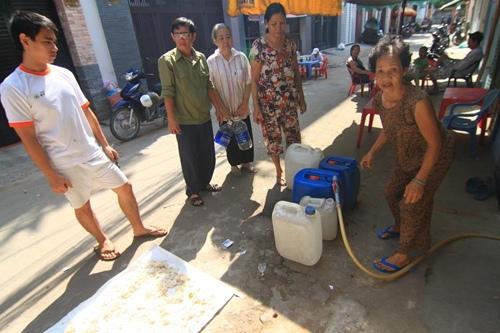 20 năm xách can mua nước sạch giữa trung tâm Sài Gòn