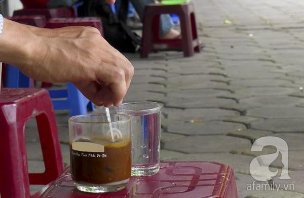 Cafe Nguyễn Du là điểm hẹn quen của nhiều người. Bàn ghế là những chiếc ghế nhựa đơn sơ.