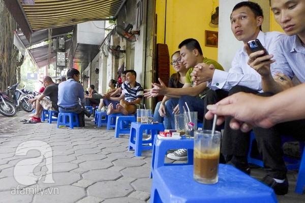 Những quán cafe san sát phố Triệu Việt Vương.