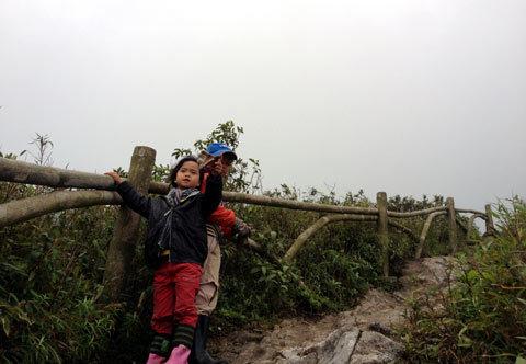 """Hành trình leo Fansipan của """"phượt nhí"""" 5 tuổi"""