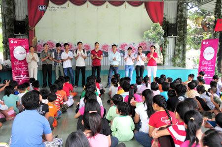 Làng trẻ em SOS hân hoan nhận quà năm học mới