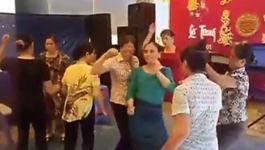 Chị em U50 nhảy nhạc sàn bốc lửa trong đám cưới quê