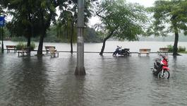 Mưa kéo dài, hồ Hoàn Kiếm thành sông