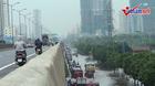 Xe máy tràn lên đường trên cao tránh ngập