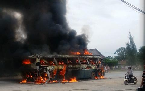 chay xe khach o Nghe An  Xe khách hạng sang bốc cháy ngùn ngụt ở Nghệ An - Hình ảnh, video 20130818150616 1