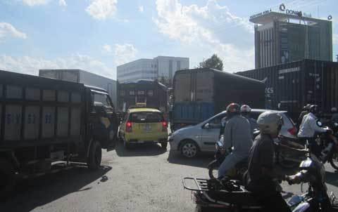 Kẹt xe kéo dài ở cửa ngõ Sài Gòn