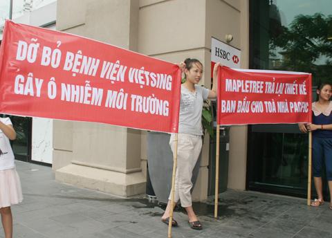 Băng rôn quây kín Pacific Place phản đối chủ đầu tư
